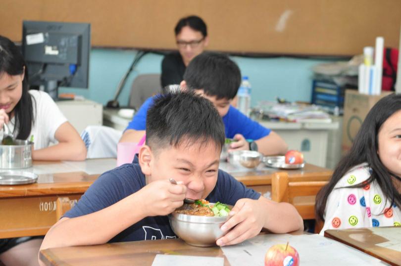 用餐時一定要取下口罩,是專家認為在學校最危險的時刻,尤其老師一人分身乏術,很難隨時盯著每位學童。(示意圖/非當事人 報系資料照(圖/報系資料庫)