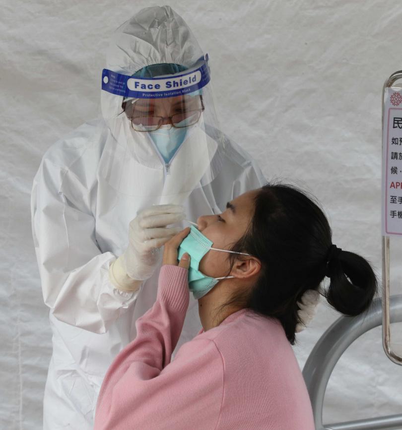 目前台灣僅有鼻腔採檢的快篩試劑,就算開放學童免費篩檢,恐怕接受度也不高,醫師驚訝台灣竟未有唾液快篩試劑。(圖/報系資料庫)