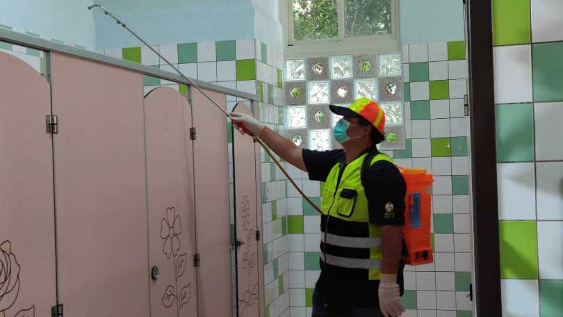 校園的廁所被醫師視為感染風險較高的環境,從門把、水龍頭、馬桶都很容易沾染病毒。圖為校園廁所消毒 。(圖/報系資料庫)