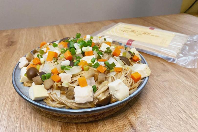 若添加洋蔥、紅蘿蔔、雞胸肉等製作什錦麵線,也很適合銀髮族食用。(圖/三風製麵提供)