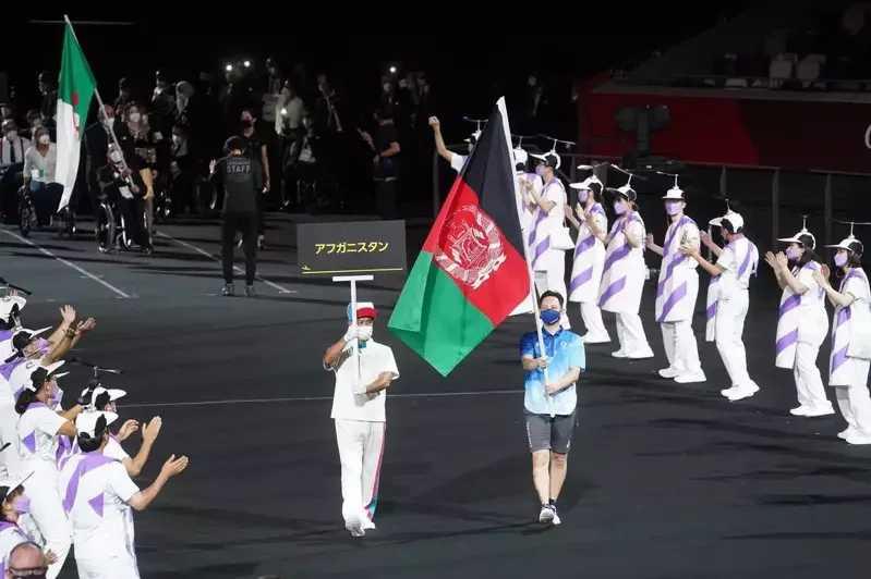 因為無法在開幕前抵達,帕運開幕時,是由官方派義工執掌阿富汗的國旗替代進場。(圖/翻攝自推特)