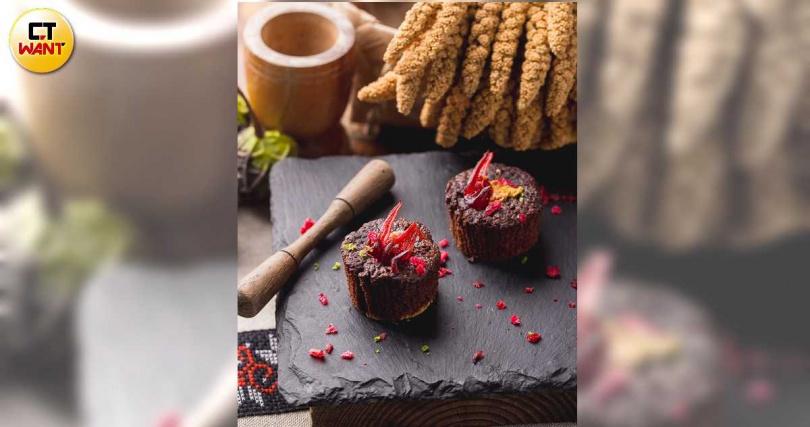 以洛神花、小米酒結合西式甜點布朗尼,縈繞出甜甜酒釀香。(圖/焦正德攝)